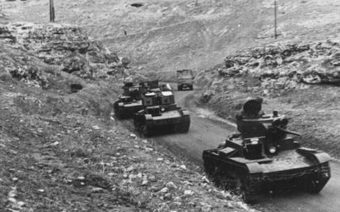 Танк Т-26 в составе колонны
