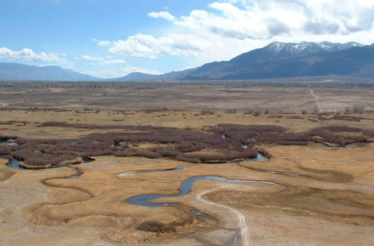 Остатки реки Оуэнс в Бишоп-Туффе.