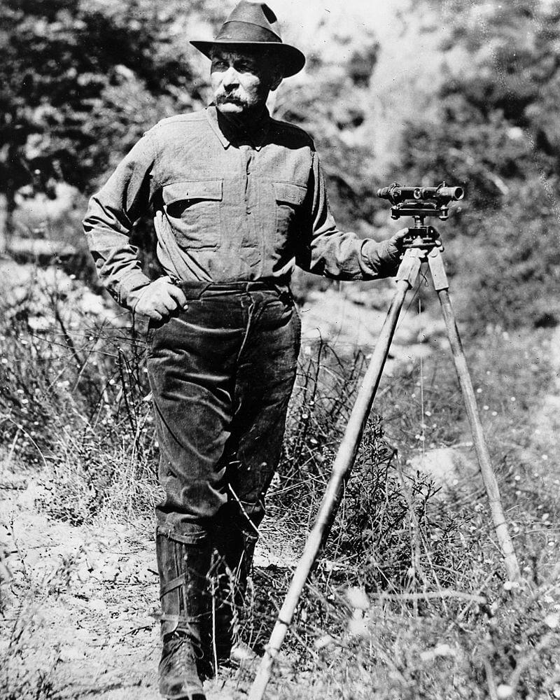 Портрет Уильяма Малхолланда с геодезическим прицелом на треноге