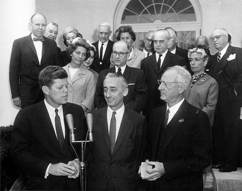 Президент США Д. Ф. Кеннеди (внизу слева) вручает капитану Кусто Золотую медаль Национального географического общества 19 апреля 1961 г.