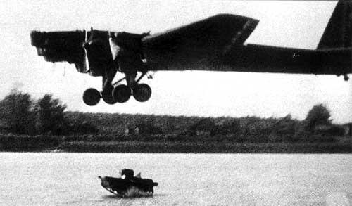 Сброс в воду плавающего танка Т-37А
