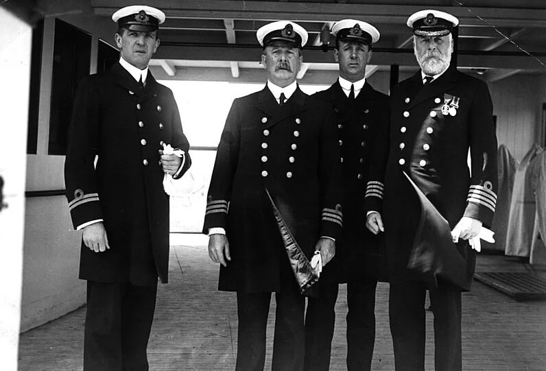 Слева направо первый офицер Уильям М. Мердок, главный офицер Джозеф Эванс, четвертый офицер Дэвид Александр и капитан Эдвард Смит на корабле Олимпик
