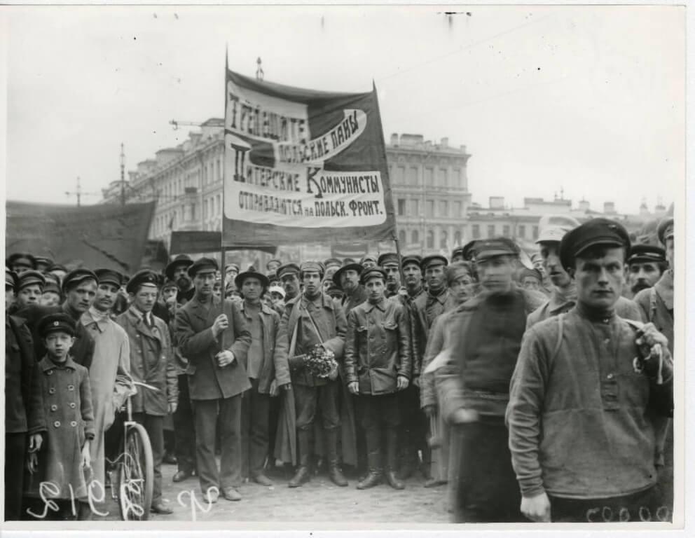 Коммунисты перед отправкой на Польский фронт. 1920 год.