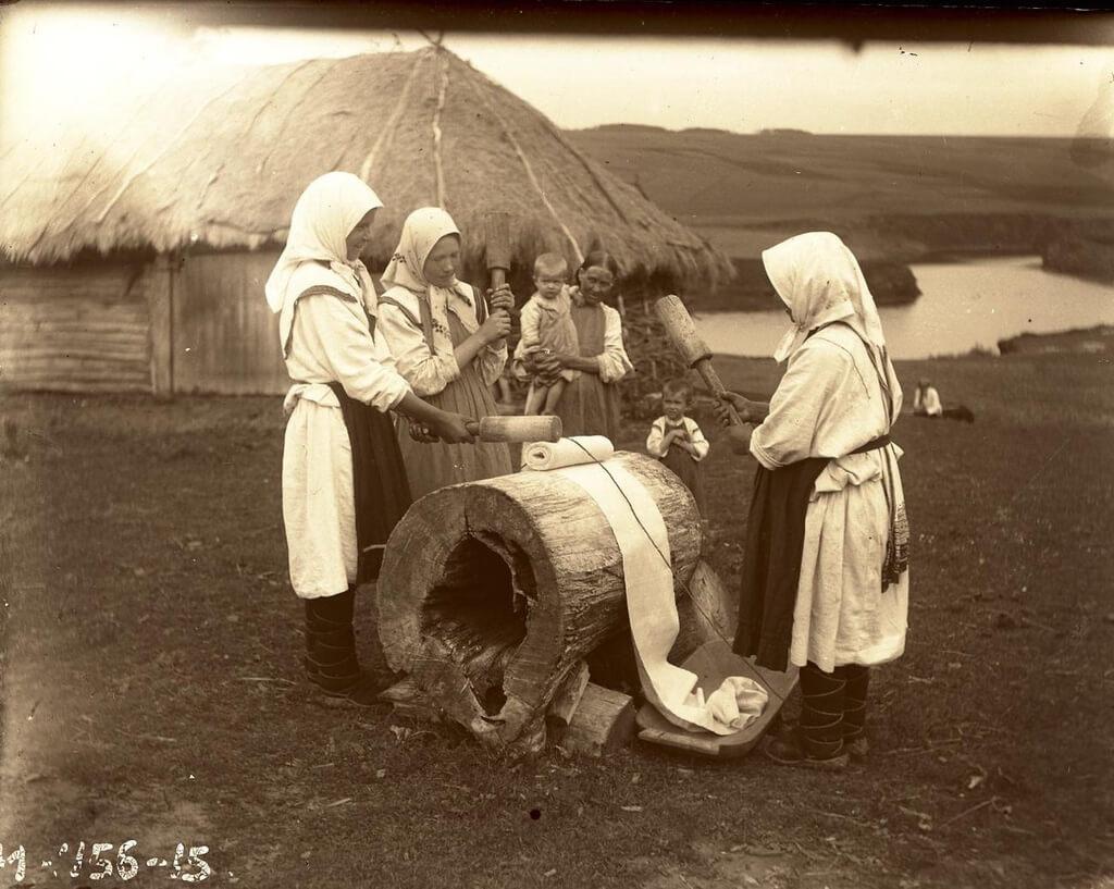 Крестьянки за лощением холста
