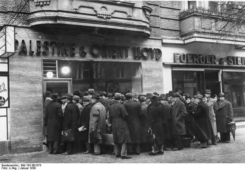 Очередь на оформление выездных документов. Берлин, январь 1939