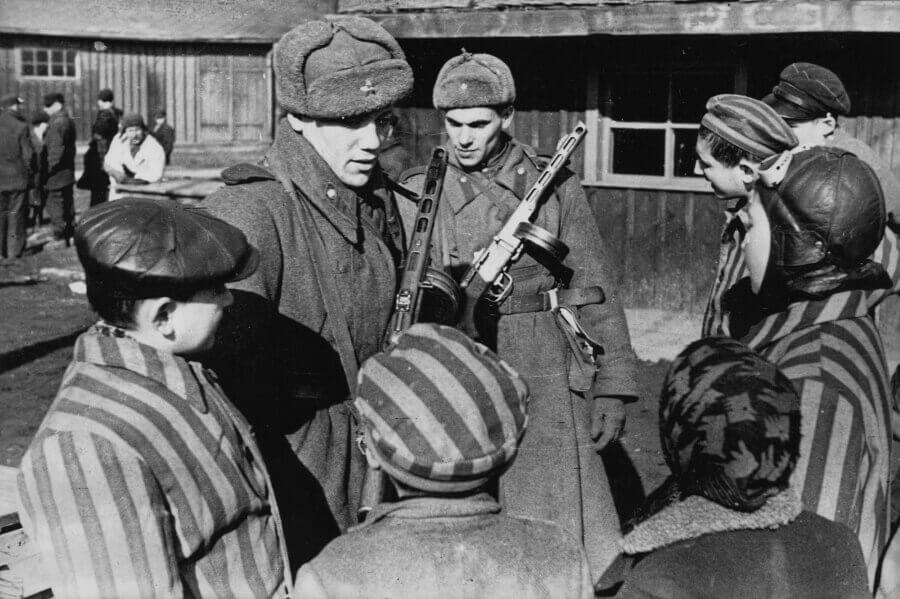 Советские солдаты общаются с детьми, освобождёнными из концлагеря