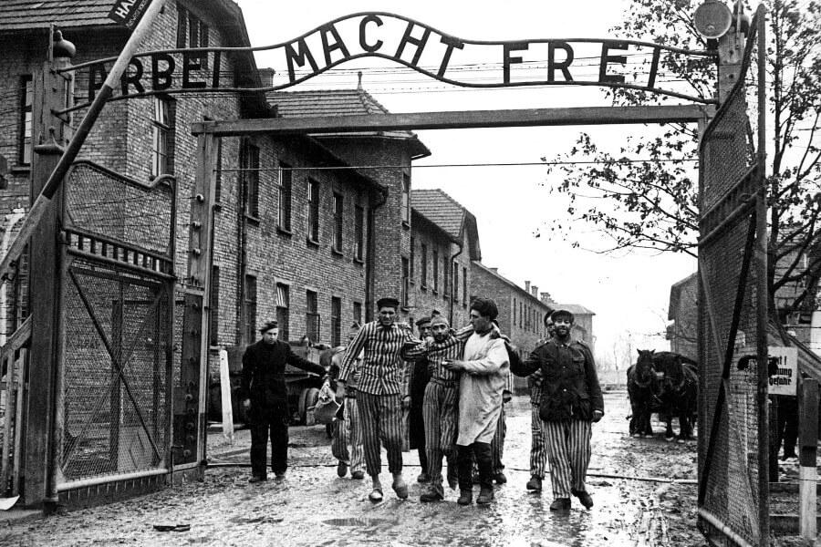 Советские солдаты выводят освобождённых узников концлагеря