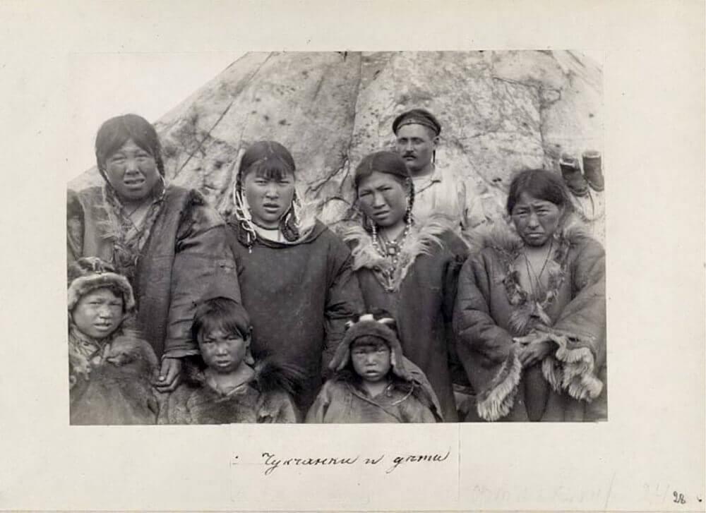 Чукчи-женщины и их дети