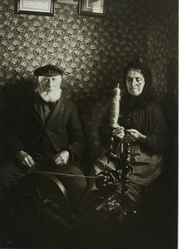 Фермерская пара с прялкой, 1925.