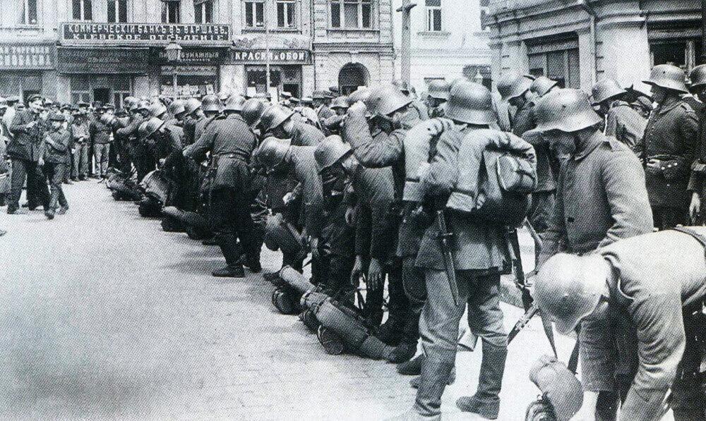 Германские войска под командованием генерала Эйхгорна осваиваются в занятом ими Киеве. Март 1918 года