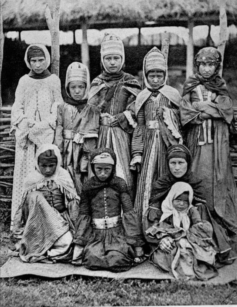 Ногайские девушки в традиционных костюмах.