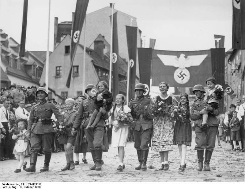 Парадный марш: девушки-фольксдойче и солдаты вермахта