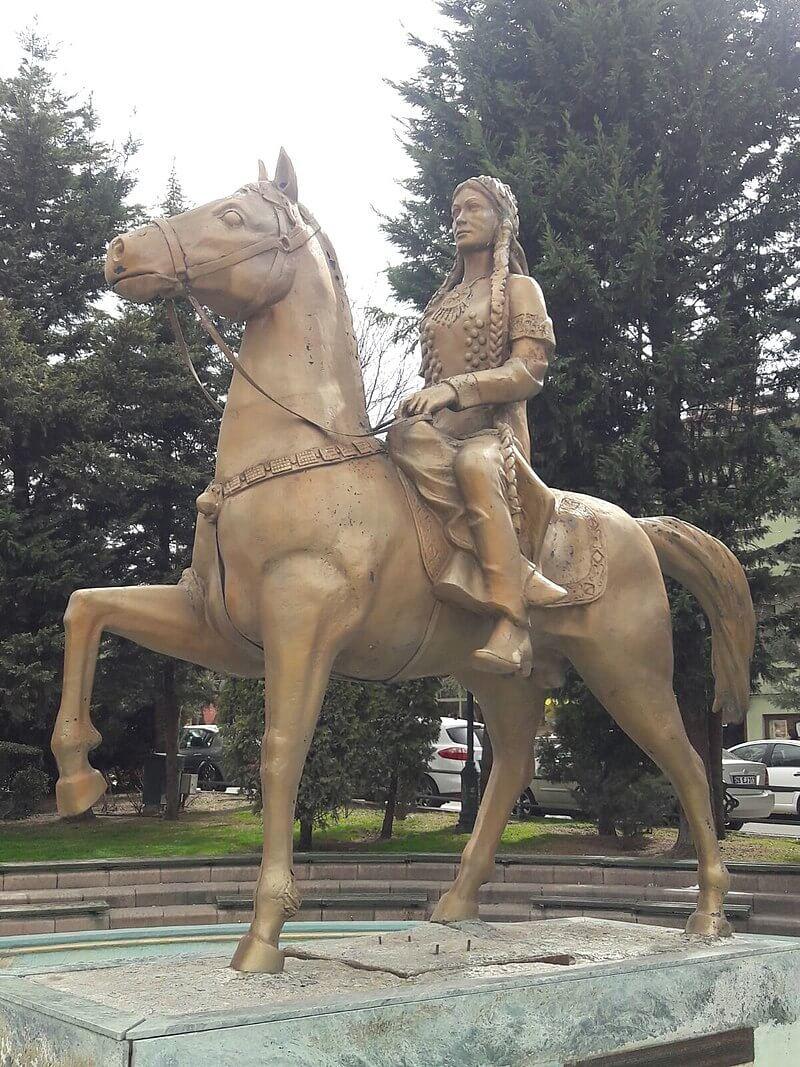 Статуя Малхун-хатун в Эскишехире
