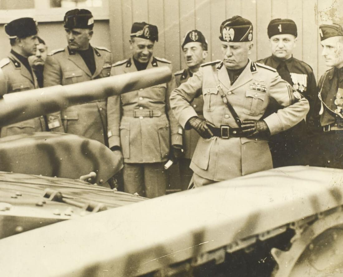 Бенито Муссолини осматривает технику (Бразильский Национальный архив)