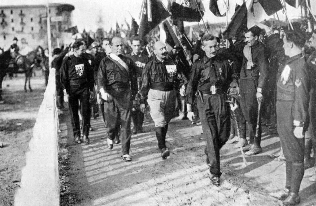 Муссолини среди чернорубашечников, идущих на Рим