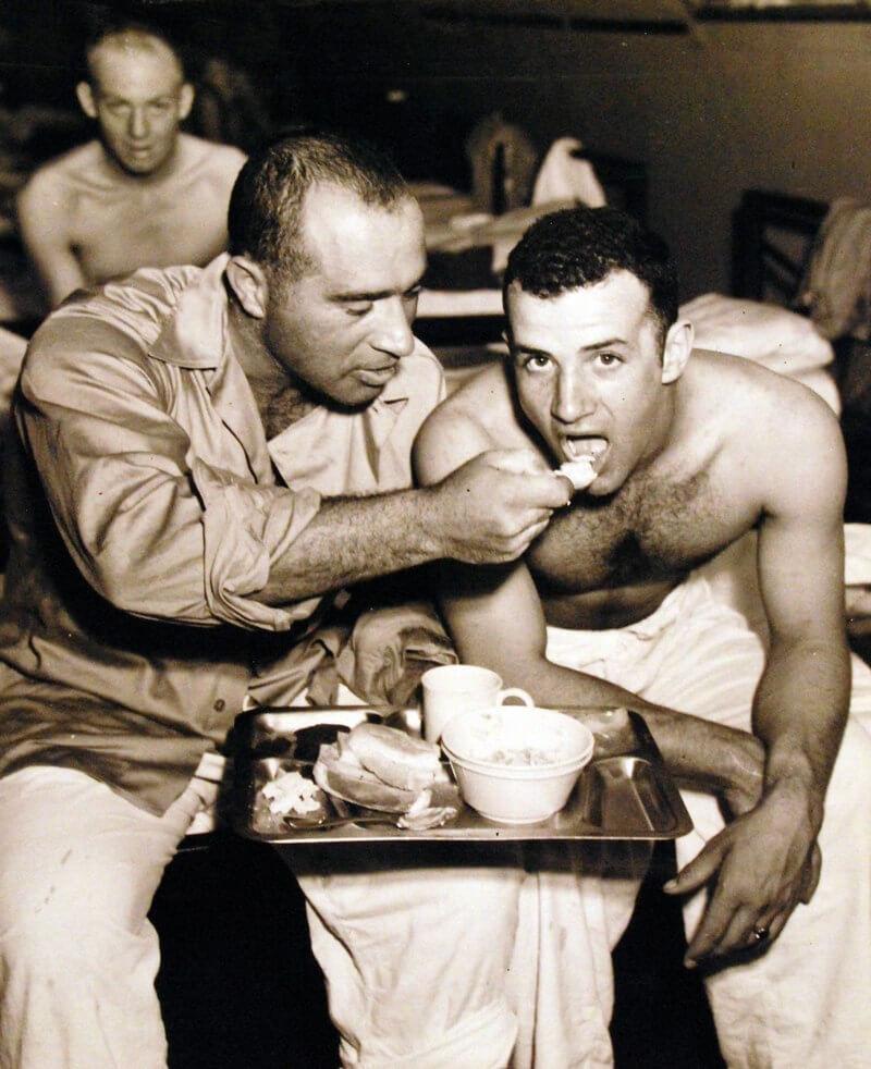 Выжившие с американского корабля «Индианаполис» (CA-35) в госпитале на острове Пелелиу.