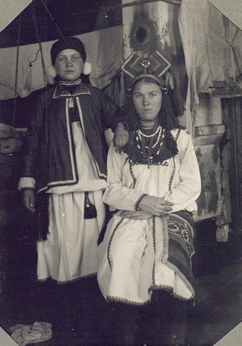 Девушка и молодуха (молодая замужняя женщина) в традиционных праздничных костюмах, Пензенская губерния, 1927 год Источник: Кунсткамера