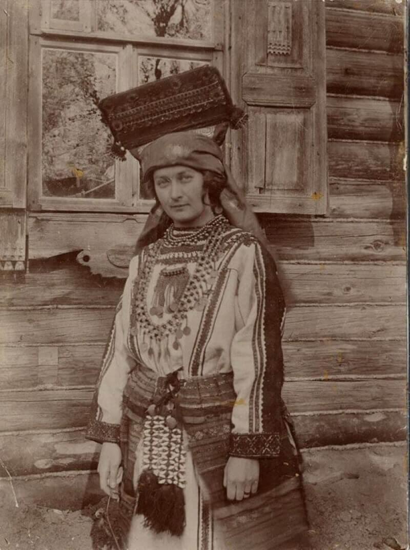Елизавета Аркадьевна Куликова (жена художника Ивана Семеновича Куликова) в костюме мордвы-мокши, 1900-е