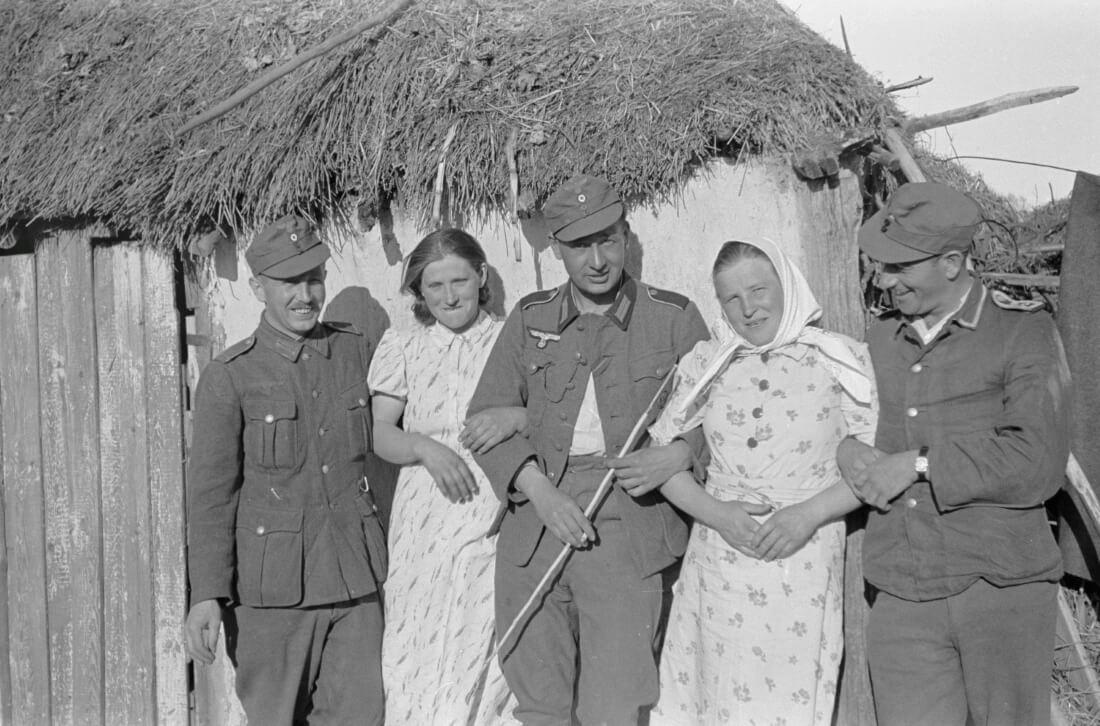 Немецкие солдаты с девушками / Фотограф Франц Грёссер