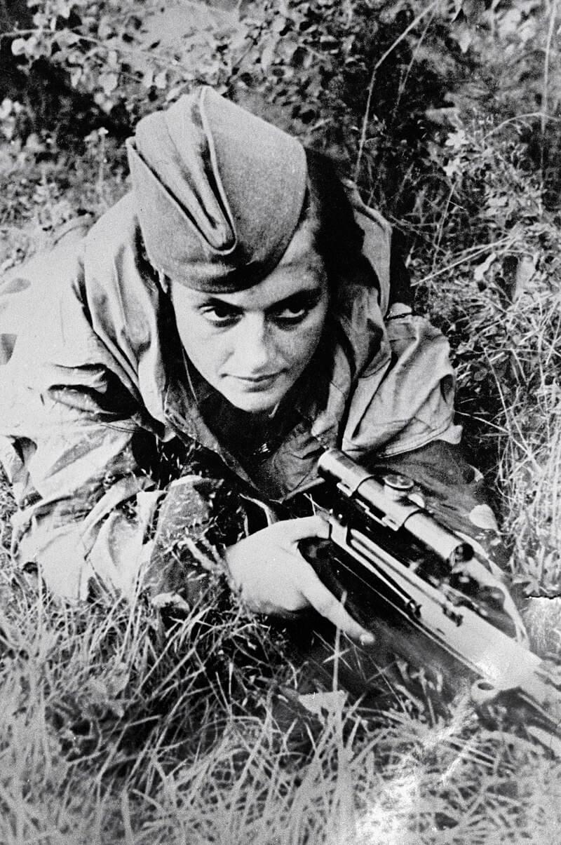 Снайпер Людмила Павличенко на позиции, 1942 год / Советский фотограф ТАСС Владимир Николаевич Иванов