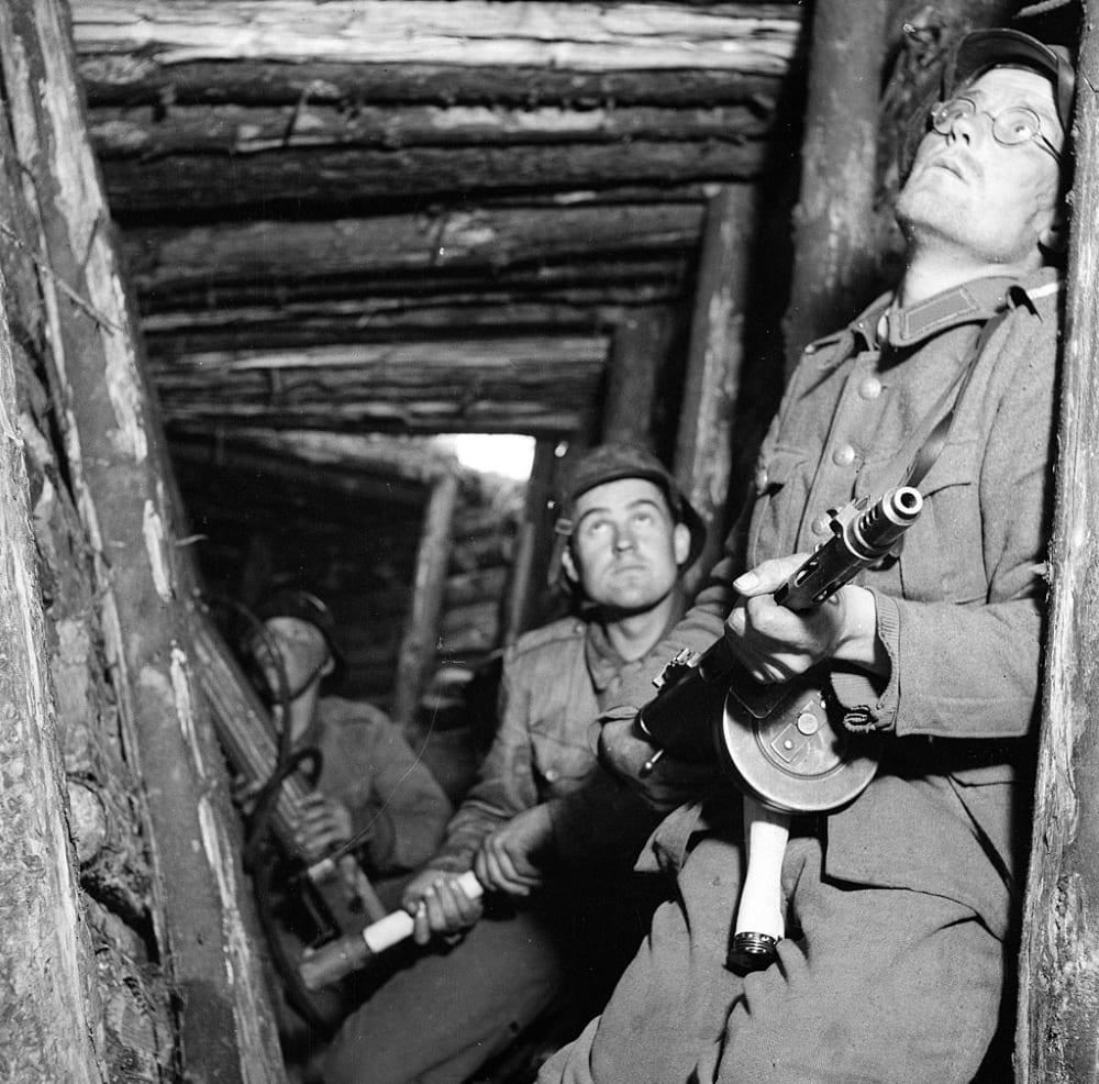 Финские солдаты в одном из укрытий на VT-линии, июнь 1944