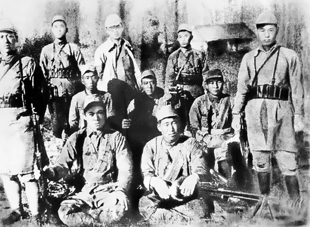 Ким Ир Сен (задний ряд, в центре) с бойцами своего отряда