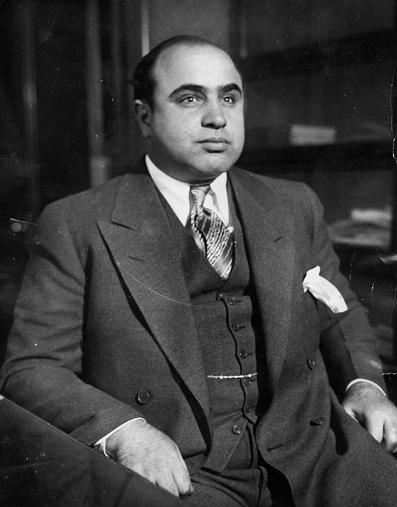 Аль Капоне в Чикагском детективном бюро после его ареста по обвинению в «бродяжничестве», 1930 год