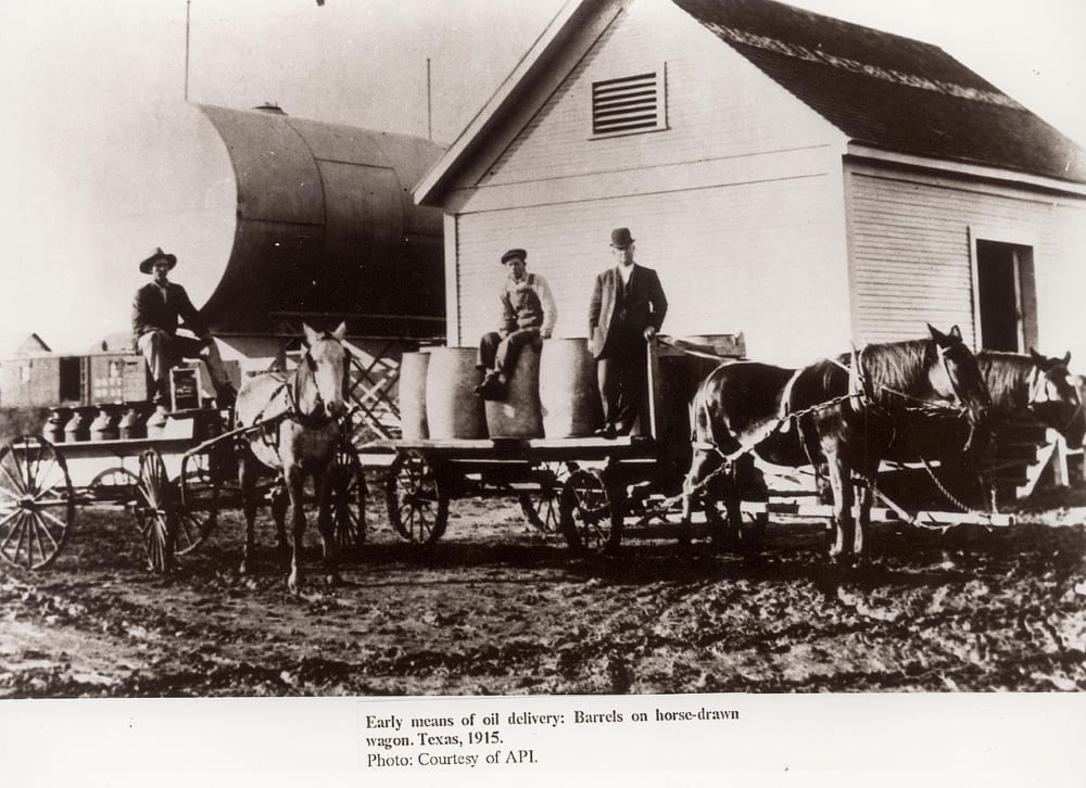 Бочки с нефтью на конных повозках, Техас, 1915 год
