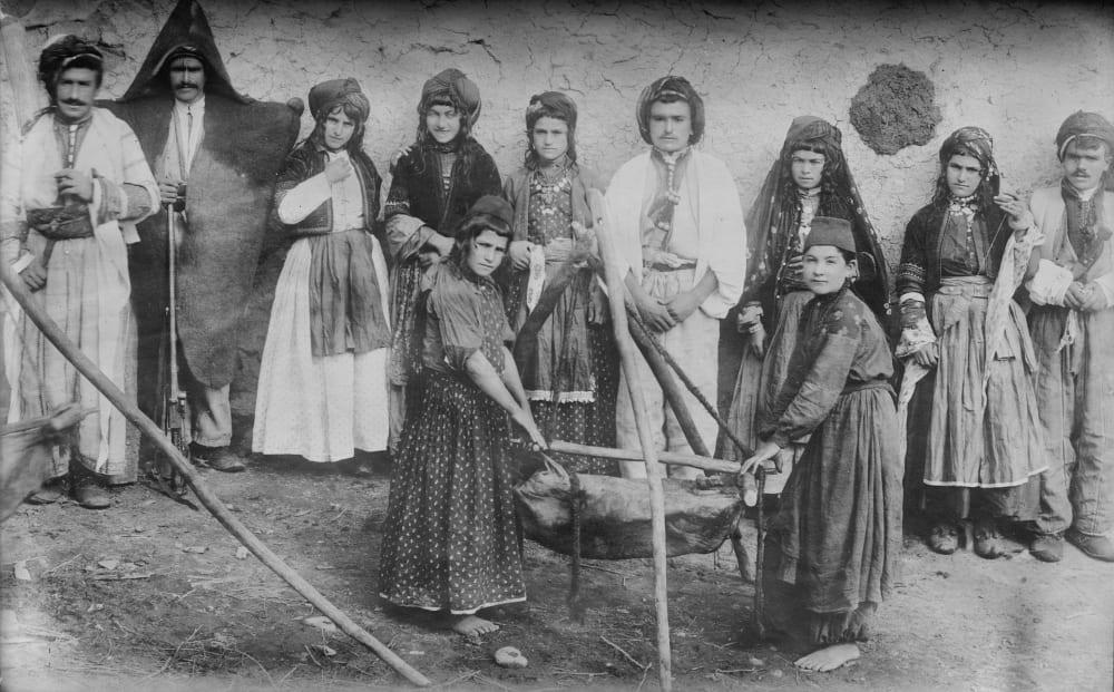 Несторианская (ассирийская) христианская семья, делающая масло, Мавана, Персия