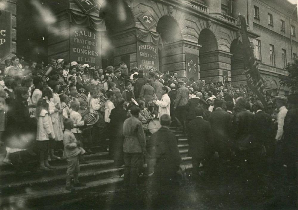 Приезд делегатов II конгресса Коминтерна в Смольный в день торжественного открытия конгресса, 19 июля, 1920 года