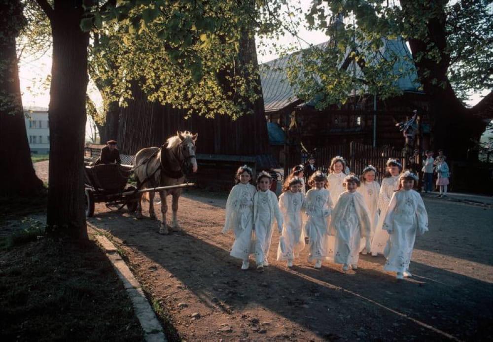 Дети идут в церковь на первое причастие. Близ Кросно,1981 год / © Бруно Барби