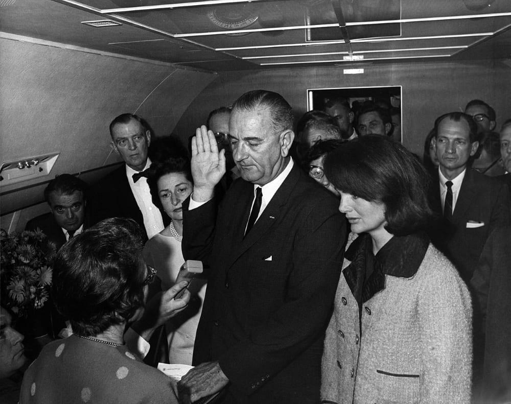 Джонсон приносит присягу на борту Air Force One в день убийства Кеннед