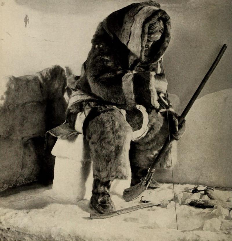 Эскимосская женщина ловит рыбу / Американский музей естественной истории