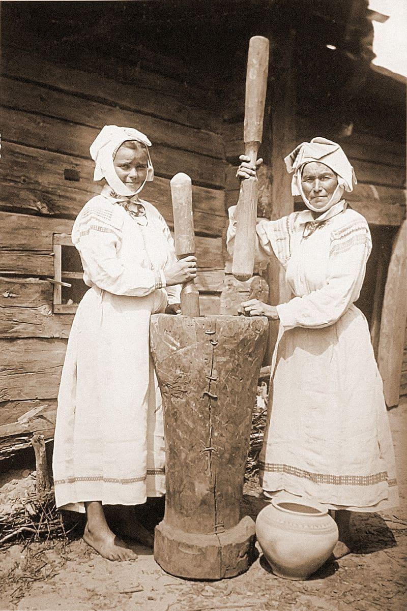 Крестьянки с намитками в деревне Городная. Фотограф Исаак Сербов, 1912 год