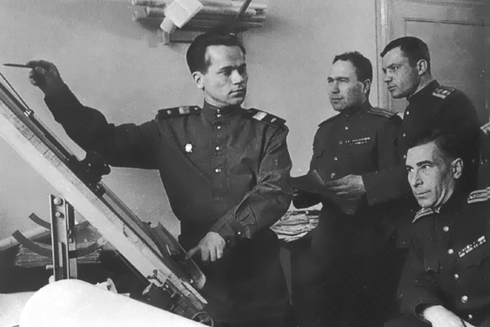 М.Т. Калашников докладывает о новой компоновке автомата, 1949 год
