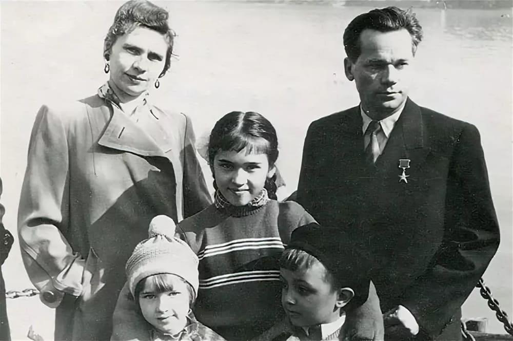 М.Т. Калашников с женой и детьми