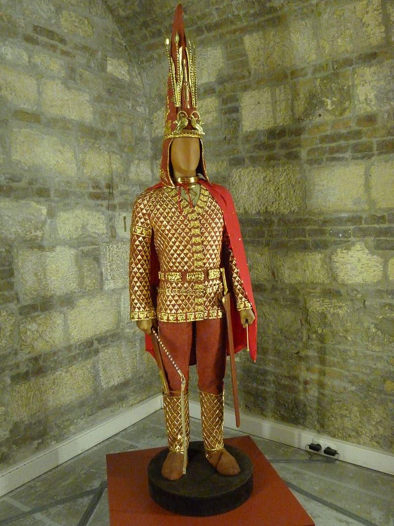 «Иссыкский золотой человек», парадный доспех сакского царя из золотой чешуи на кожаной основе / © Derzsi Elekes Andor / ru.wikipedia.org