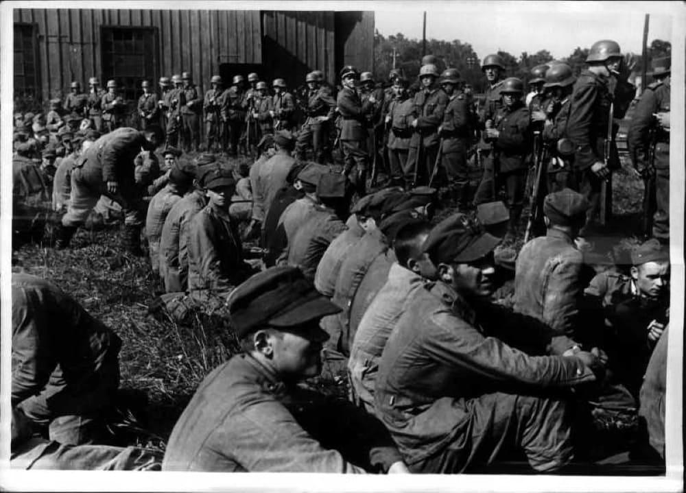 Пленные польские офицеры и солдаты после боя за Вестерплатте 9 сентября 1939 г.