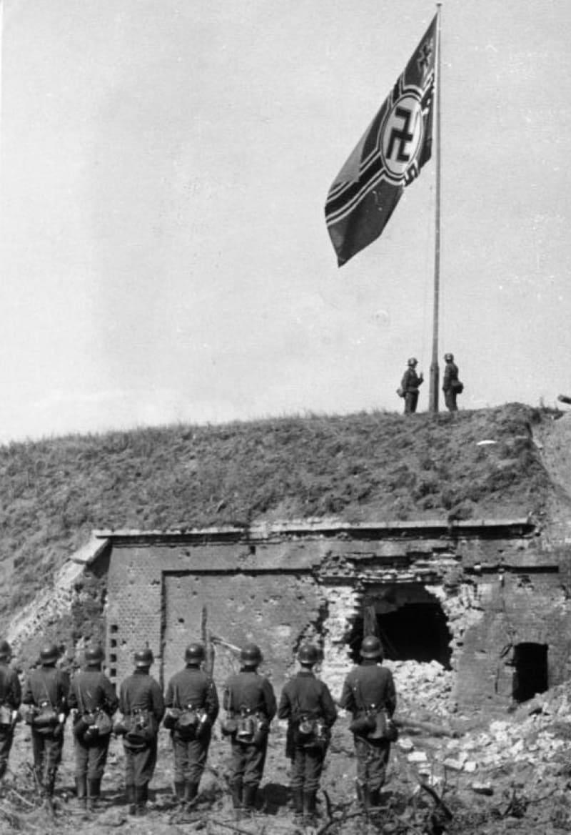 Торжественный подъём флага над захваченным Вестерплатте, 8сентября 1939 года / ru.wikipedia.org