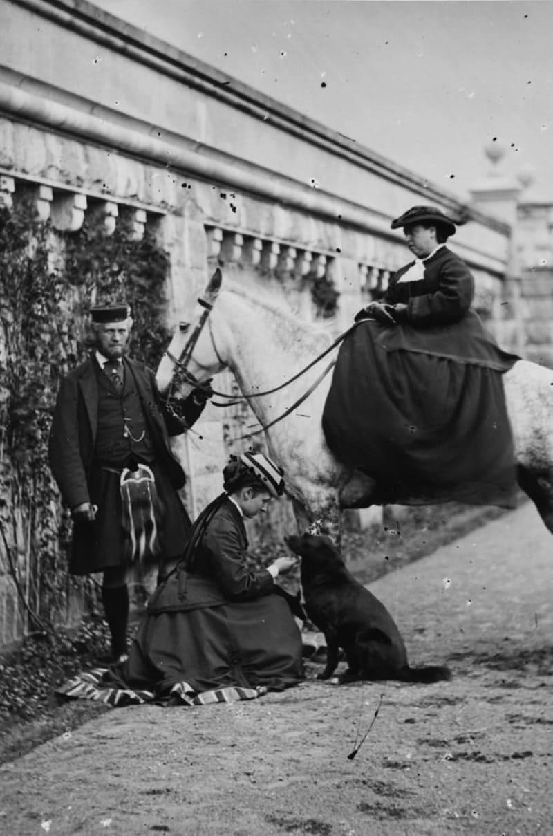 Виктория и Мистер Браун в Балморале в 1870-х годах, после смерти принца Альберта.