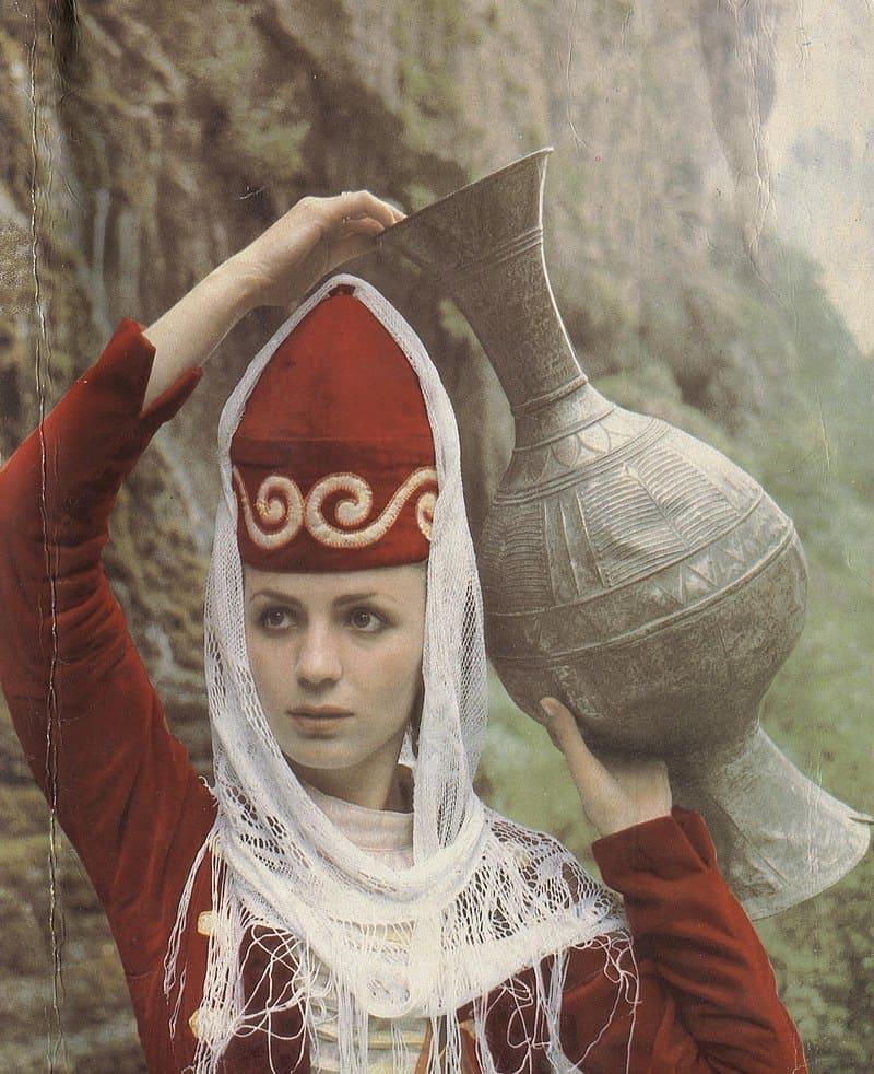 Кабардинская женщина с кувшином