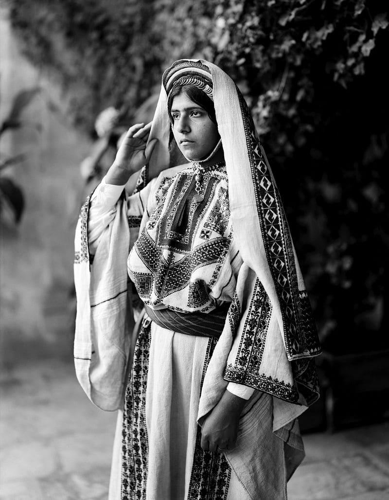Молодая женщина из Рамаллы в приданом головном уборе, 1898–1914 годы.