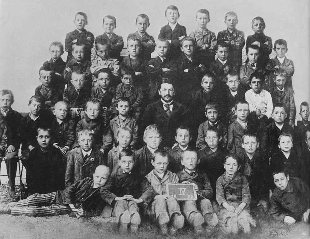 Школьная фотография с Адольфом Гитлером (задний ряд, по центру)