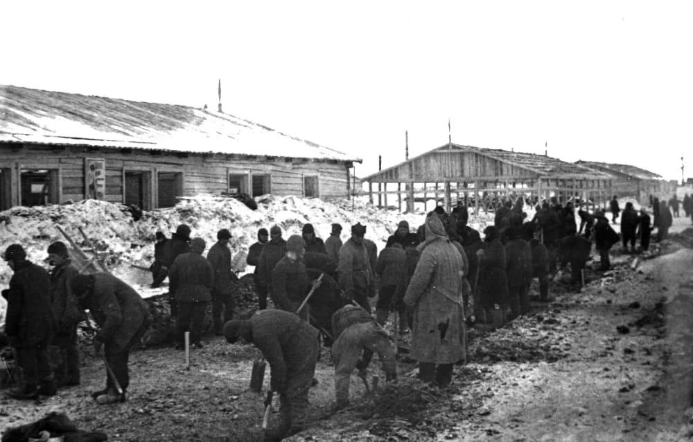 Строительство одного из лагерных бараков