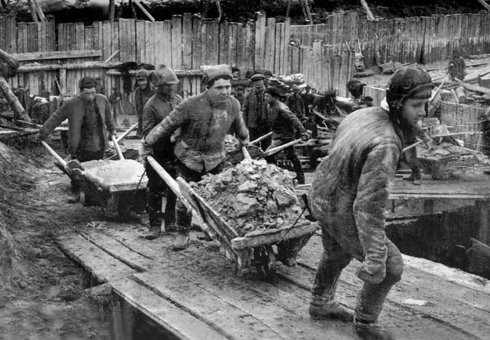 Заключённые ГУЛАГа на строительстве Беломорканала. Фото 1932 года