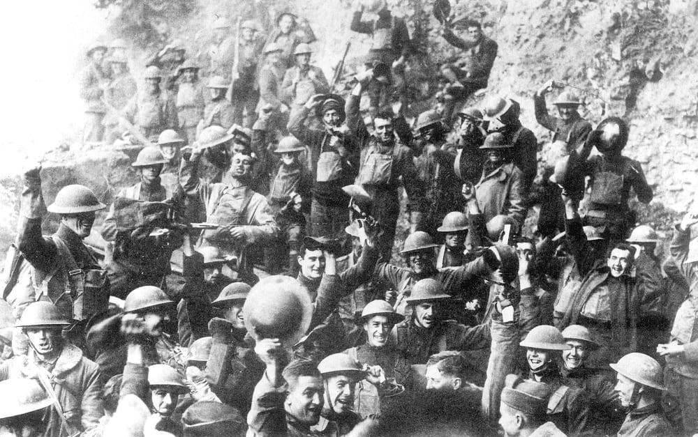 Американские солдаты празднуют прекращение огня 11 ноября 1918 года