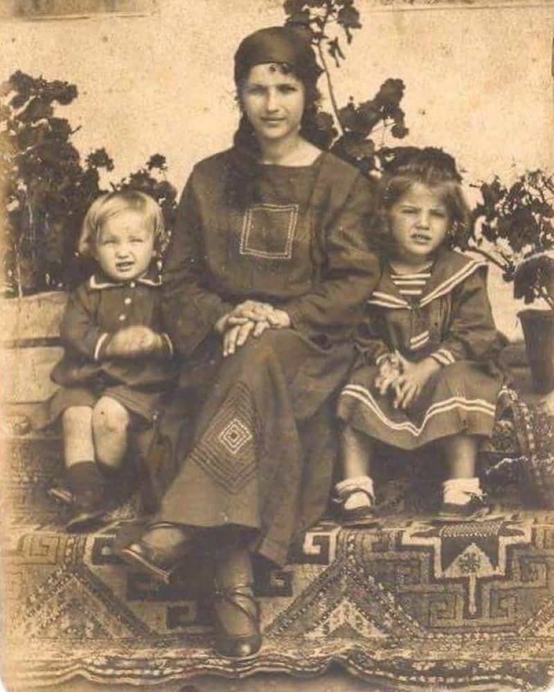 Крымскотатарская семья, 1925 год. Крым. Айше Токар с детьми