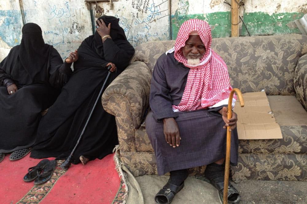 Саудовцы, просящие милостыню на улице / © Линсей Аддарио