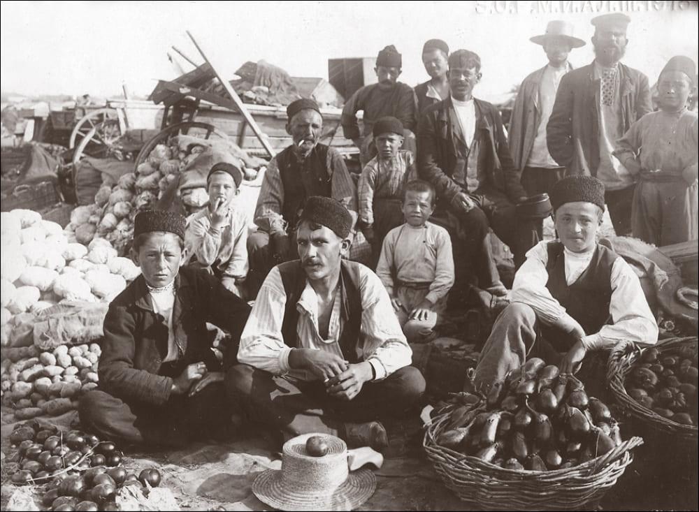 Старая фотография крымскотатарских мужчин