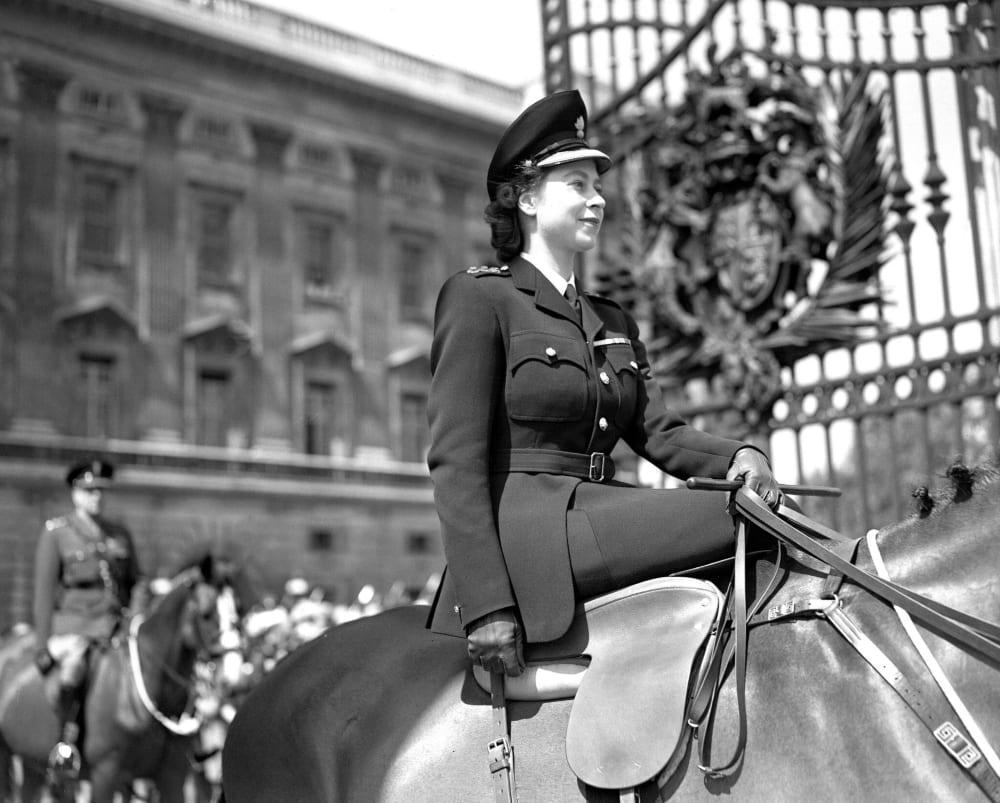 21-летняя принцесса Елизавета на праздничном параде к дню рождения ее отца Джорджа VI